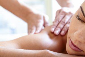 Medizinische Massage, Frau mit geschlossenen Augen