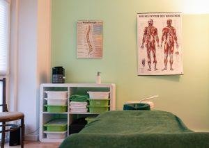 Heilpraxis von Innen, Liege Handtücher, Muskelsystem Plakat an der Wand, Therapiezimmer