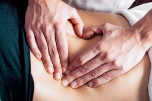 Medizinische Massage Hände auf Rücken massieren