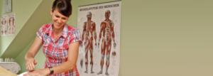 Headerbild Udita Uhl während einer Anwendung, Heilpraktikerin in Heilpraxis